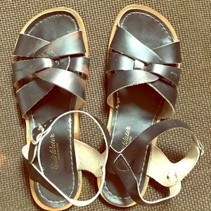 SALTWATER SANDALS SIZE 8 - LIKE NEW